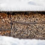 Holzscheite im Schnee