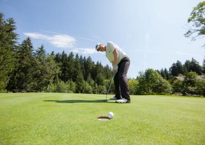 Dieter Thoma beim Golfspiel - Am Loch 16 Sonnenalp Golfplatz
