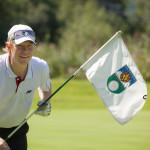 Dieter Thoma beim Golfspiel - Hält Fahne in der Hand