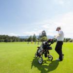 Dieter Thoma beim Golfspiel - mit Caddy und iPhone in der Hand