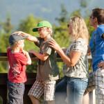 Hotel Tannhof - Familie schaut in die Allgäuer Alpen