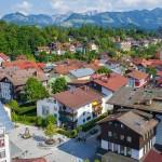 Luftaufnahme Stadtzentrum von Sonthofen mit Blick auf die katholische Kirche