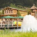 Mountain Beach - Wasserfontaine - im Hintergrund das Explorer Hotel in Gaschurn