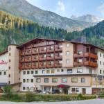 Das Hotel der Rindererhof mit Blick auf den Hintertuxer Gletscher