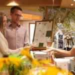 Gäste an der Rezeption im Hotel Rindererhof in Hintertux