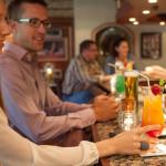 Gäste haben Spass an der Bar im Hotel Rindererhof bei Tux