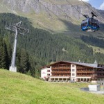 Hotel Rindererhof - Aussenansicht mit Bergbahnen im Vordergrund