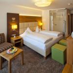 Hotelzimmer - Weitwinkelaufnahme im Hotel Rindererhof in Hintertux Österreich