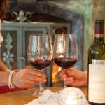 Rotwein vor Kachelofen im Hotel Rindererhof