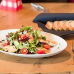 Knackiger Salat mit Putenstreifen und Weissbrot