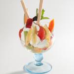 Eisbecher mit Früchten