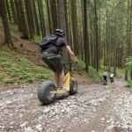Downhillroller_in_Ofteschwang_ab_durch_den_Wald