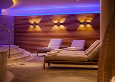 Raffinierte Beleuchtungseffekte in dem neu gestalteten Schwimmbad des Hotel Allgäu Sonne in Oberstaufen mit Up and Down Leuchtmitteln