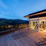 Sonnenuntergang - Fitnessstudio mit Ausblick auf die Sommerlandschaft von Oberstaufen in der Abenddämmerung