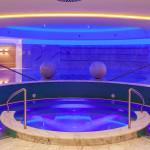 Wirlpool und Schwimmbad in indirekter Beleuchtung