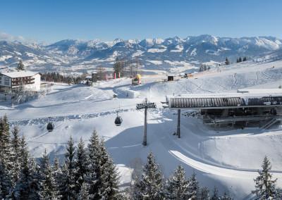 Luftbildpanorama im Winter - neue Ossi-Reichert-Bahn mit Allgäuerberghof im Hintergrund