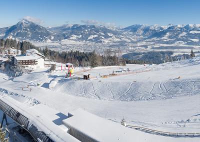 Luftbildpanorama über der Ossi Reichert Bahn mit Blick auf die Ski-Piste