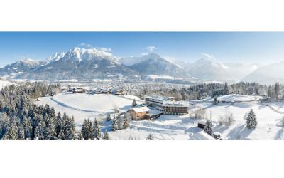 Winter Luftbildpanorama – Allgäuer Hotels vor traumhafter Winterlandschaft