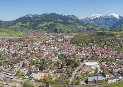 Luftbildpanorama Stadt Sonthofen mit Umgebung und Bilck auf die Berglandschadft - Grünten - Oberjoch - Strausberg - Sonnenköpfe