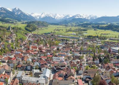 Luftbildpanorama Stadt Sonthofen mit Umgebung und Bilck auf die Oberstdorfer Berge