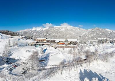 Allgaeuer Berghof Ostseite mit neuem Pool - Luftaufnahme im Winter
