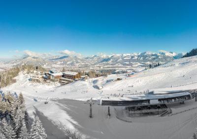 Allgaeuer Berghof Westseite mit neuer 6er Gondel Bahn Gunzesried - Luftaufnahme im Winter