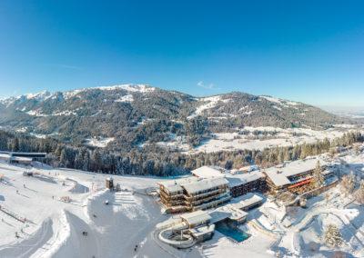 Allgaeuer Berghof Ostseite mit Blick auf Mittag - Steineberg - Stuiben - Luftaufnahme im Winter